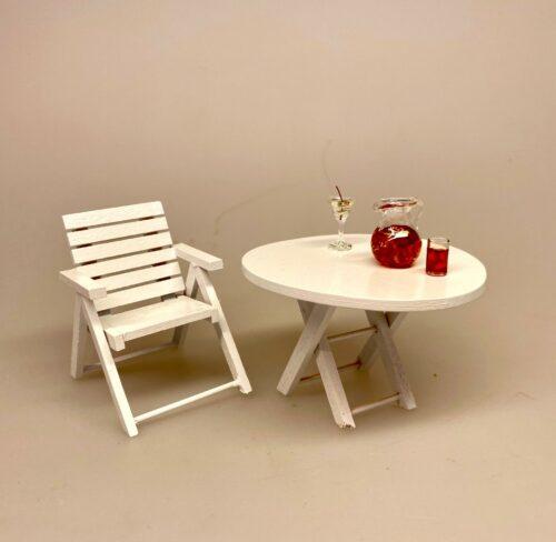 Miniature Havebord af træ hvidt, Miniature Havestol af træ hvid, Miniature Solstol af træ hvid, solstol, liggestol, pool, driverliv, pension, efterløn, rejsegavekort, solferie, ferie, ferierejse, syd på, solbadning, daser, daseferie, all inclusive, gaveide, gave, gavekort, miniature, dukkehus, møbler, terrasse, havemøbler, terrassemøbler, 1:12, sangskjuler, symbolsk, gaveide, pengegave, biti, ribe, miniaturer, dukkemøbler