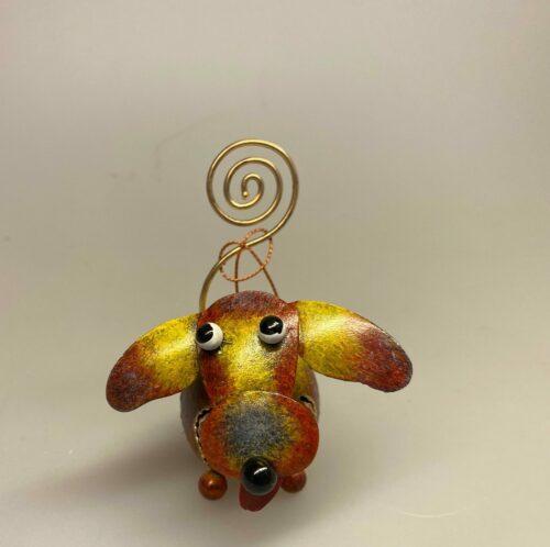 Memo holder metal - Hund Brun, gave, gaveide, symbolsk, pengegave, hund, metalhund, memeo, memoklemme, fotoholder, pengegave, sangskjuler, penge i gave, konfirmation, hunde, ting med, hundeejer, bryllup, hundehvalp, sød, speciel, btii, ribe, hundeting, pynt, dekorativ, sjov, humoristisk