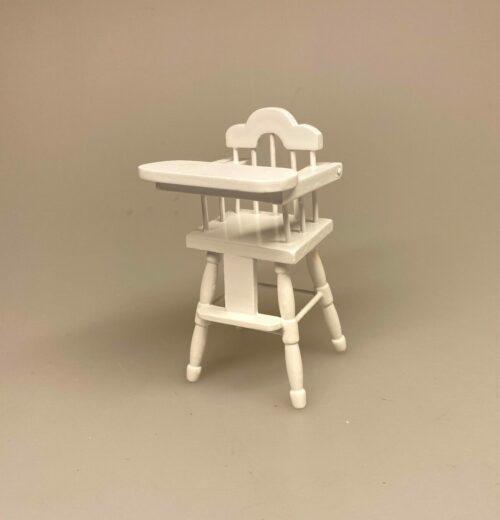 Miniature Høj Barnestol Hvid, højstol, barnestol, baby, børneværelset, miniature, stol, dukkehus, dukkehusmøbler, tilbehør, ting til, nisser, små, dukkemøbler, dukkehus, mini, sangskjuler, symbolsk, babushower, barnedåb, dåb, dåbsgave, barselsgave, 1:12, biti, ribe