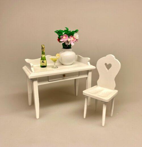 Miniature Hvid Vase med blomsterbuket, blomster, blomsterbuket, vase, buttet, kuglevase, dukkehus, tilbehør, ting til, miniaturer, 1:12, skala, sangskjuler symbols, gave, gavekort, pengegave, til, planter, planteskole, have, havearkitekt, anlægsgartner, gartner, biti, ribe