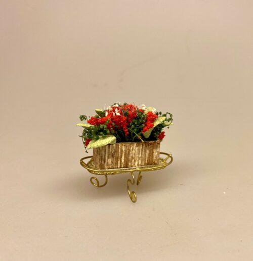 Miniature Opsats med med Røde blomster i Altankasse, blomster, blomsterkasse, miniature, blomster, opsats, dukkehus, dukkehusting, ting til, tilbehør, 1:12, skala, sætterkasse, symbolsk, gave, sangskjuler, have, havearkitekt, gavekort, planter, planteskole, havearbejde, gartner, drivhus, haveliv, grønne fingre, haveredskaber, biti, ribe