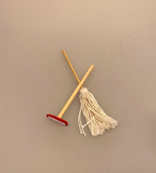gulvvask, Miniature Mop og guldskrubbe, vaske, gulv, rengøring, gøre rent, rengøringsfirma, rengøringskone, miniature, miniaturer, ting til, tilbehør, dukkehus, dukkehuset, nisser, nissebo, nissedør, sangskjuler, symbolsk, gave, gaveide, sosu, assistent, soso, 1:12, renlighed, biti, ribe