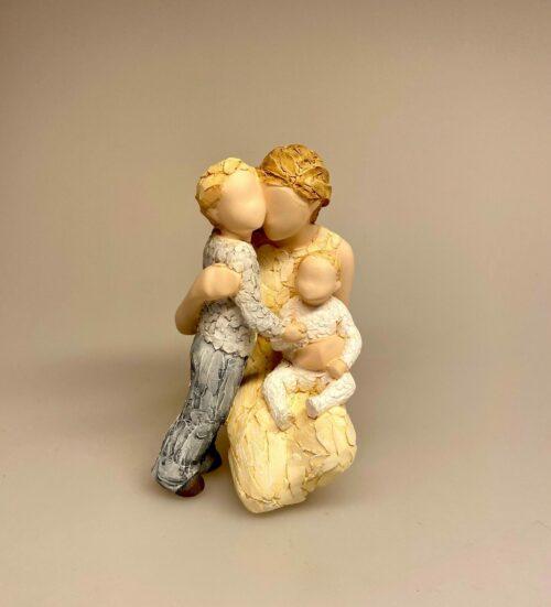 More than words - Mor med søn og baby - Contentment, tilfredshed, lykke, mor, moder, moderskab, mors dag, børn, datter, søn, lille ny, lillesøster, lillebror, baby, storebror, figur, gave, gaveide, smuk, noget særligt, symbolsk, kærlighed, biti, ribe
