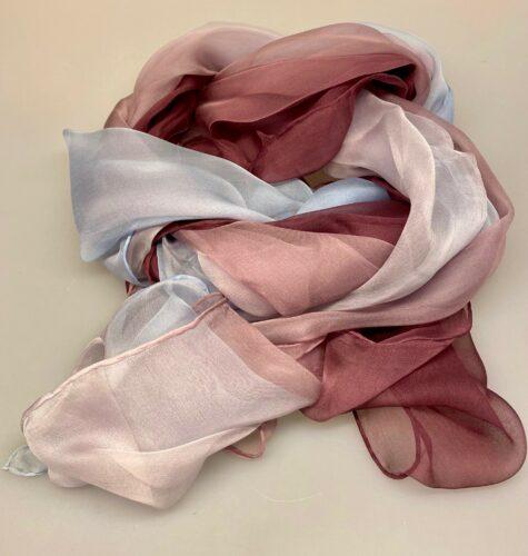 Silkechiffon 1163 XL - Lyng/Gl.Rosa/Lyseblå, 1163-239, luyseblå, babyblå, dueblå, bordeux, vinrød, lyngfarvet, stort, let, lækkert, elegant, flot, fnuglet, ren, ægte, 100%, silke, silketørklæde, tørklæde, tørklæder, gaveide, lady, fødselsdag, rund, håndstukket, håndrullede, kanter, luksus, koloreret, silkechifffon, chiffon, biti, ribe