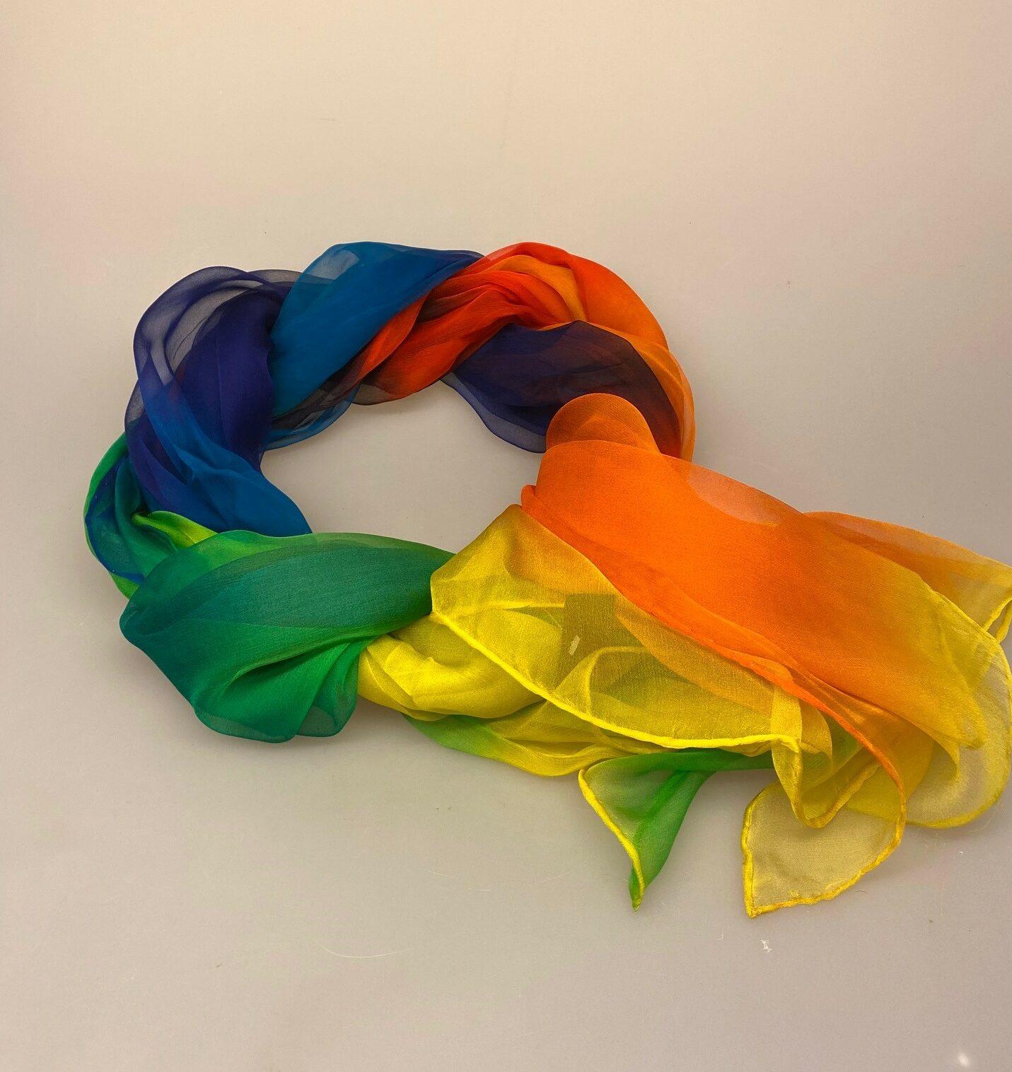Silkechiffon 1163 XL - Regnbue, regnbuefarvet, pride, rainbow, alle farver, kulørt, stort, let, luksus, lækkert, smukt, ren, ægte, silke, 100%, silketørklæde, aflangt, stola, silkestola, festligt, kulørt, se min kjole, biti, ribe, håndrullede, kanter, kvalitet, fnuglet