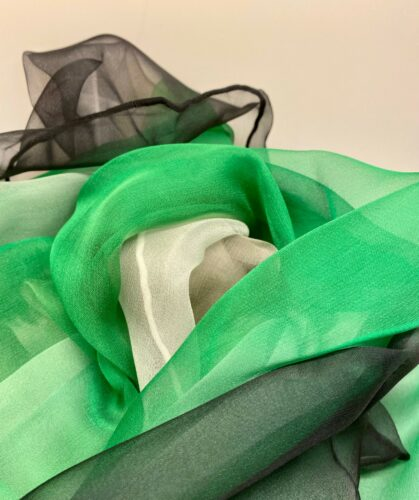 Silkechiffon 1163 XL - Sort/Grøn/Hvid, 1163-146, grøn, græsgrøn, klar, sort, hvid, ægte, ren, 100%, silke, silkestola, silketørklæde, sjal, let, stort, lækkert, kvalitet, flot, festligt,tilbehør, over skuldrene, festtøj, gave, gaveide, biti, ribe
