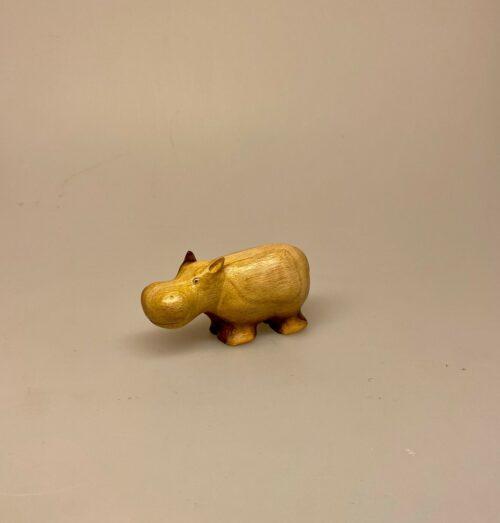 Flodhest - Håndskåret af træ - Brun lille S, Flodhest - Håndskåret af træ - Grå lille S, flodhest af træ, træflodhest, flodhestefigur, træfigur, trædyr, håndsnittet, håndlavet, speciel, kunst, kunsthåndværk, træskærearbejde, træsnit, dyrefigur, hippo, biti, ribe,