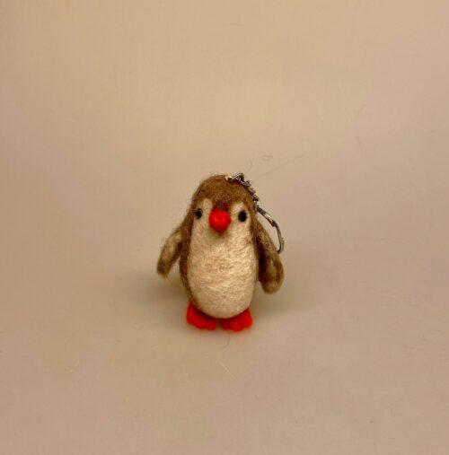 Nøglering med filtet Pingvin , pinguin, pingvin, pingviner, ting med, nøglering, taskepynt, taskevedhæng, filt, uldfilt, kunsthåndvlærk, maskot, lykkedyr, sydpolen, pingu, til børn, på, skoletasken, taske, til nøgler, filtpingvin, filtning, filtfigur, filtnøglering, fåreuld, sød, fin, finurlig, en gry og en sif, biti, ribe