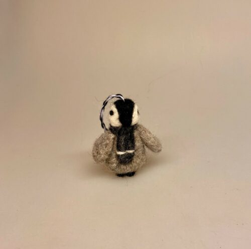 julepynt, juletræspynt, Ophæng med filtet Pingvin,filtet Pingvin , pinguin, pingvin, pingviner, ting med, taskepynt, taskevedhæng, filt, uldfilt, kunsthåndvlærk, maskot, lykkedyr, sydpolen, pingu, til børn, på, skoletasken, taske, til nøgler, filtpingvin, filtning, filtfigur, filtpingviner, fåreuld, sød, fin, finurlig, en gry og en sif, biti, ribe